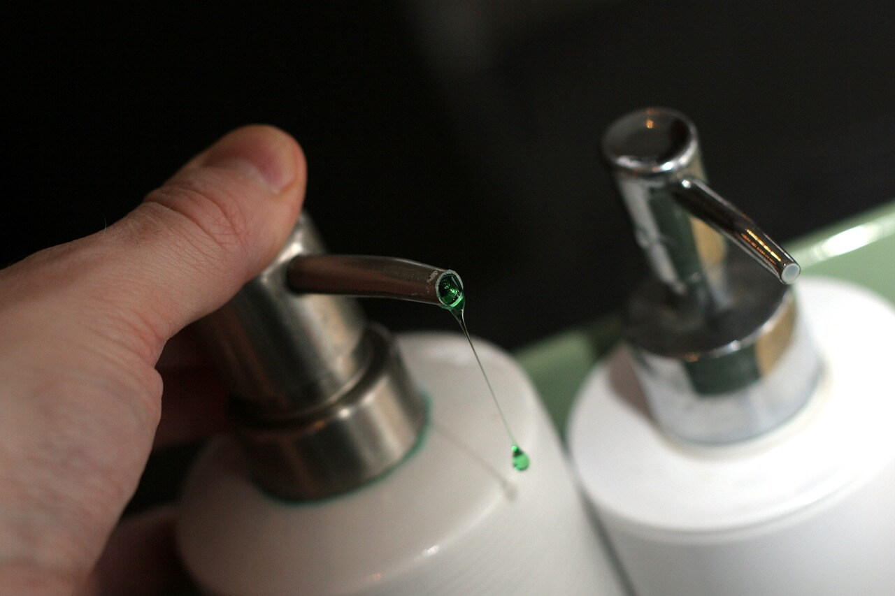 מים וסבון מרוססים על צמח גורמים לו לקמול ולמות תוך מספר ימים