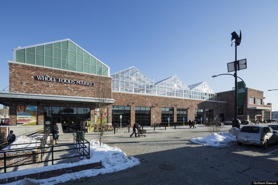 """חברת גותהם גרינס מקימה חממות הידרופוניות לגידול מזון על גבי גגות סופרמרקטים ברחבי ארה""""ב. (קרדיט: huffingtonpost)"""