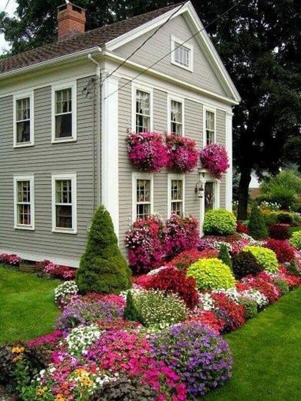 גינה מעוצבת עם פרחים צמחי עונה ורב עונתיים