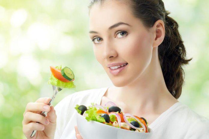 כתבה על גידול אורגני מול גידול הידרופוני אישה אוכלת סלט